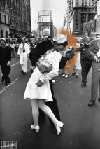 Lt John Pike pepper spraying cop and Alfred Eisenstaedt's The Kiss the War is over photo in LIFE Magazine