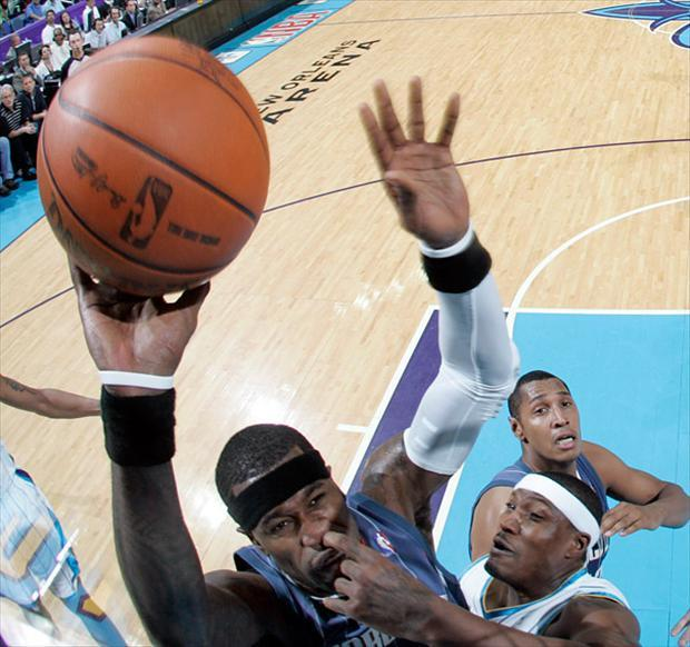 double-take-pro-basketball-picking-nose-perfectly-timed-pictures-basketball