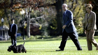US President George W. Bush(2nd-R) and First Lady Laura Bush (R) trail behind their dog Barney after arriving back at the White House 07 November, 2004. (AFP PHOTO / TIM SLOAN)