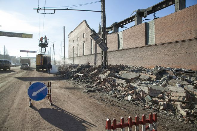 Feb. 15, 2013: In this photo, municipal workers repair a damaged electric power circuit outside a zinc factory building with about 6000 square feet of a roof collapsed after a meteorite exploded over in Chelyabinsk region.  Source: AP2013