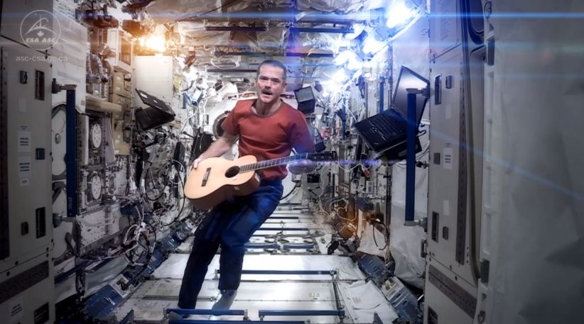 Chris Hadfield ISS singing Space Oddity guitar