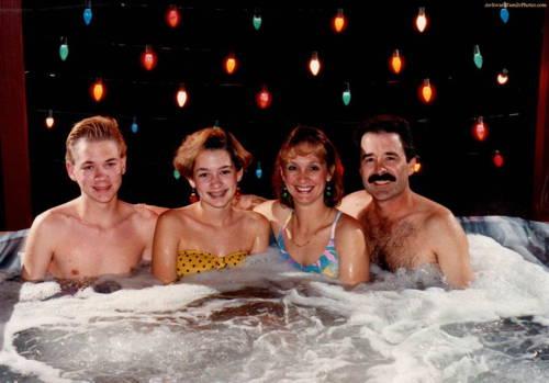 awkward-xmas-family-photos-hot-tub